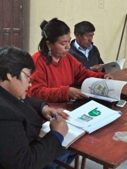 Representantes vecinales del distrito analizando los contenidos del manual