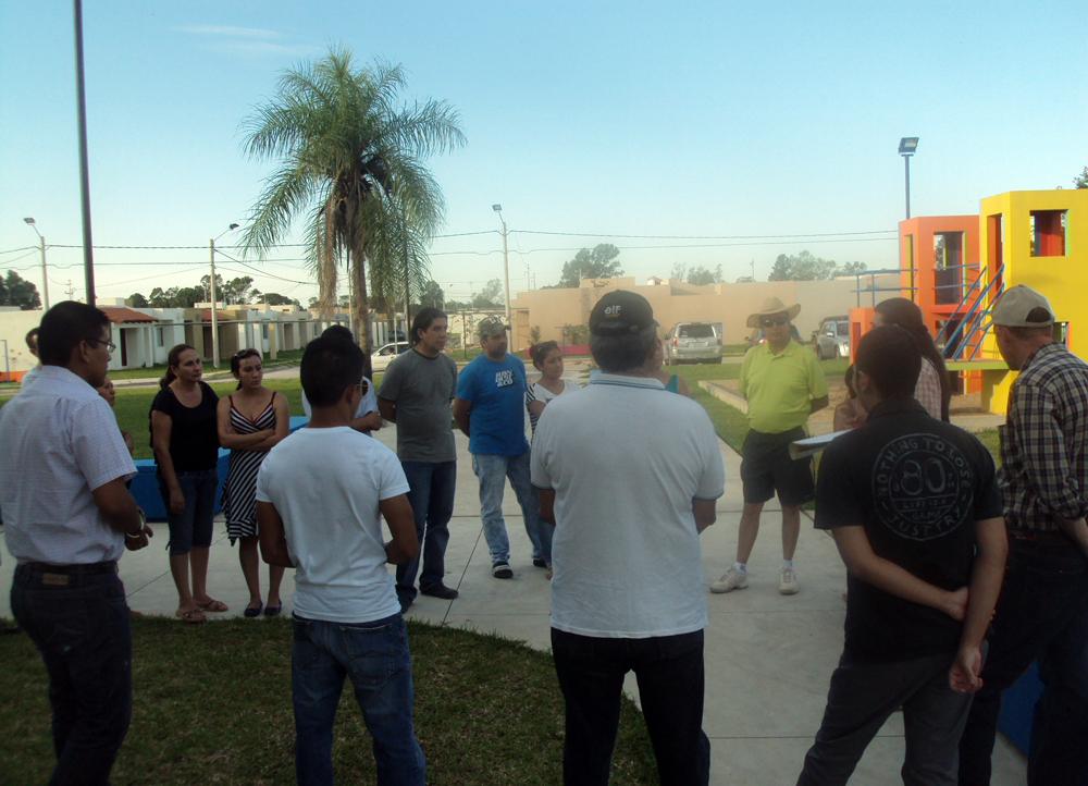 Vecinos y vecinas de la Urbanización Sevilla Las Terrazas II conversan con representantes de la Revolución Jigote, la Sociedad de Forestales Tropicales y la Universidad UDI.