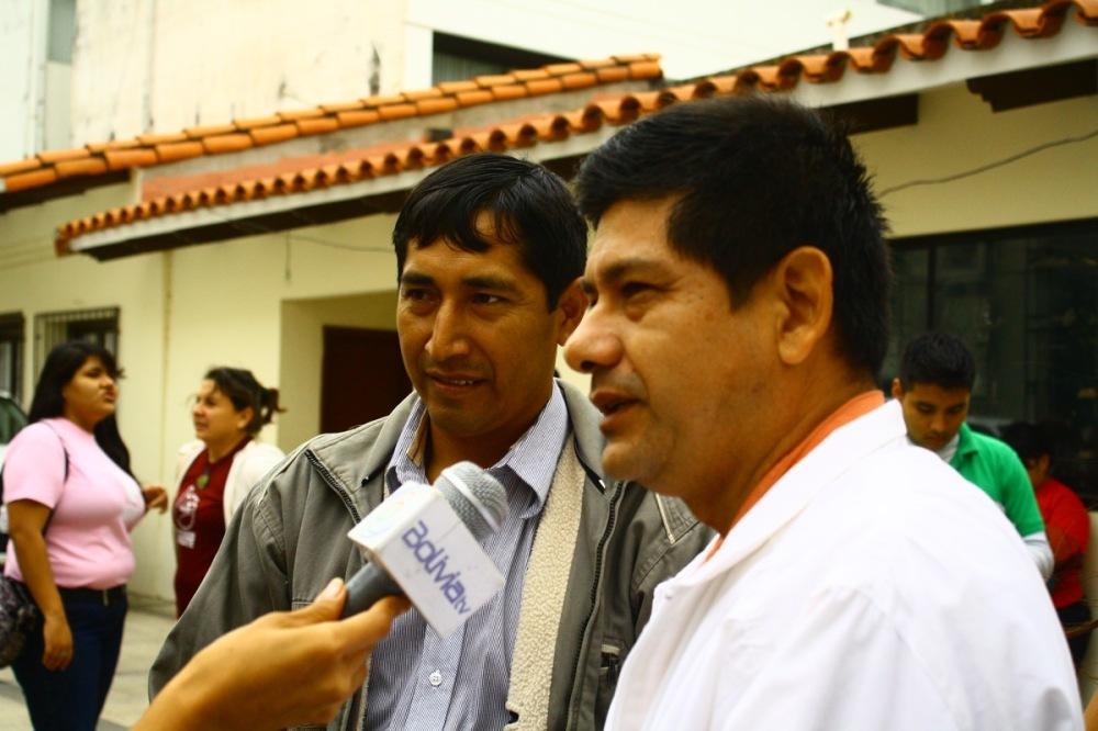 Vecinos del barrio Simón Bolivar respondiendo a la prensa