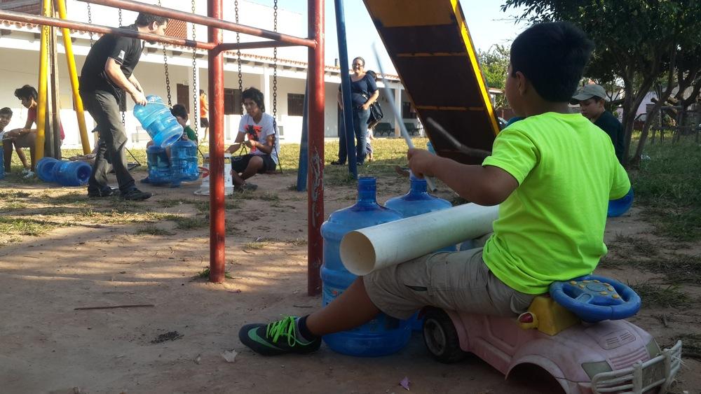 Botellones, tubos, baldes y palos, todo sirve para hacer música.