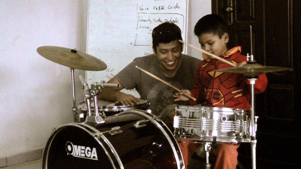 El profe Marcelo Hidalgo descubriendo pequeños talentos en el Barrio Jigote.