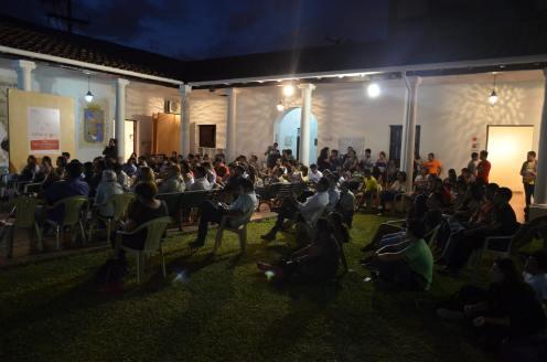 Las sillas no alcanzaron, pero la gente no se hizo problemas porque quería participar. (Foto: Museo de Arte Contemporáneo)